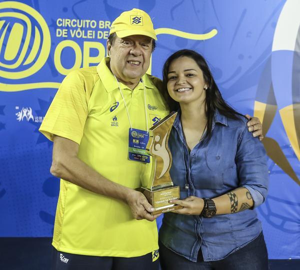 Ágatha e Bruno Schmidt são os favoritos da torcida e fã viaja 300 km por prêmio