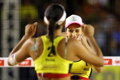 Ágatha e Duda vencem duelo brasileiro e enfrentam suíças na final em Itapema (SC)