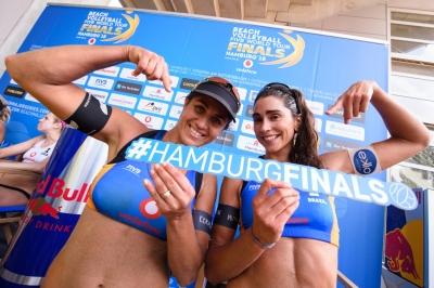 Ágatha/Duda e Carol/Maria Elisa estreiam com vitória no World Tour Finals
