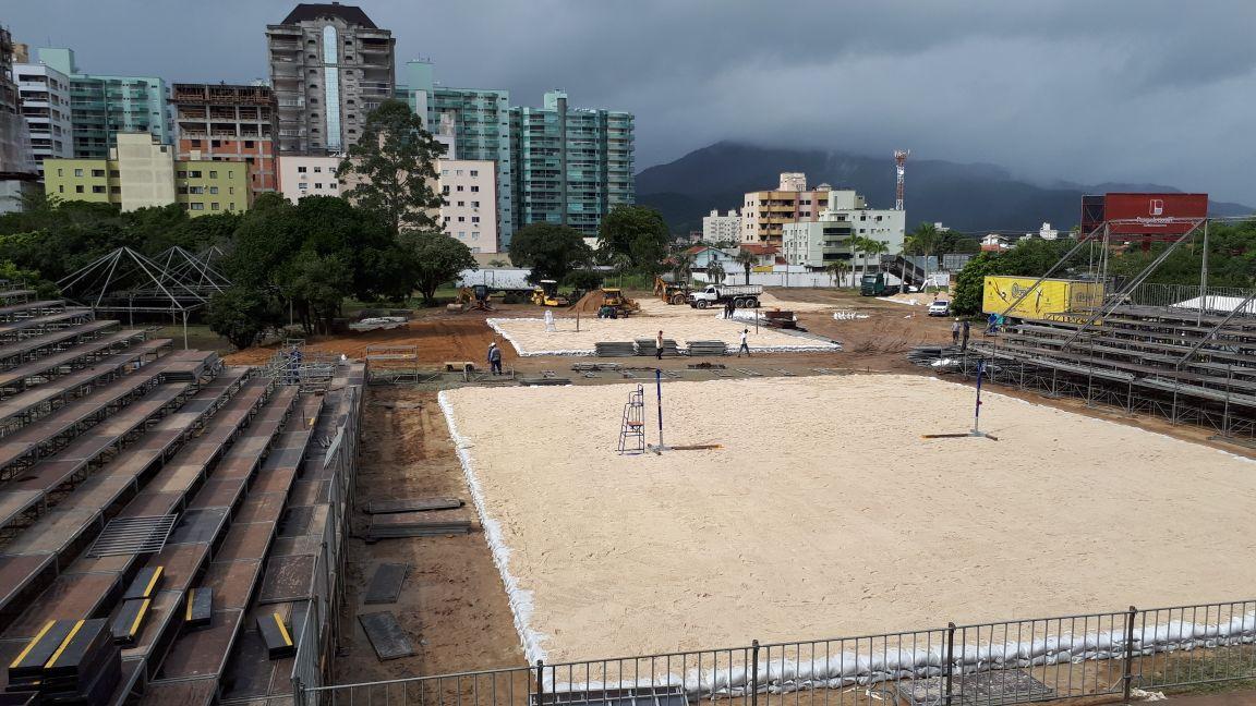 Estrutura em Itapema terá 2.600 toneladas de areia e 14 carretas de materiais