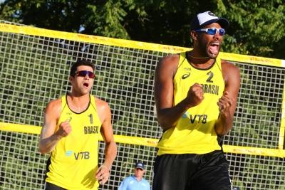 Evandro e Vitor Felipe já se garantem nas oitavas de final em Moscou