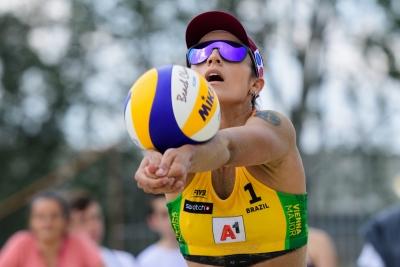 Fernanda/Bárbara vai às oitavas e torneio masculino tem jogos adiados em Viena