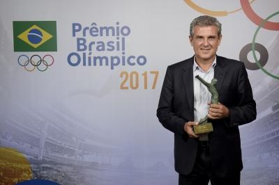 José Roberto Guimarães recebe prêmio do COB de melhor técnico de 2017