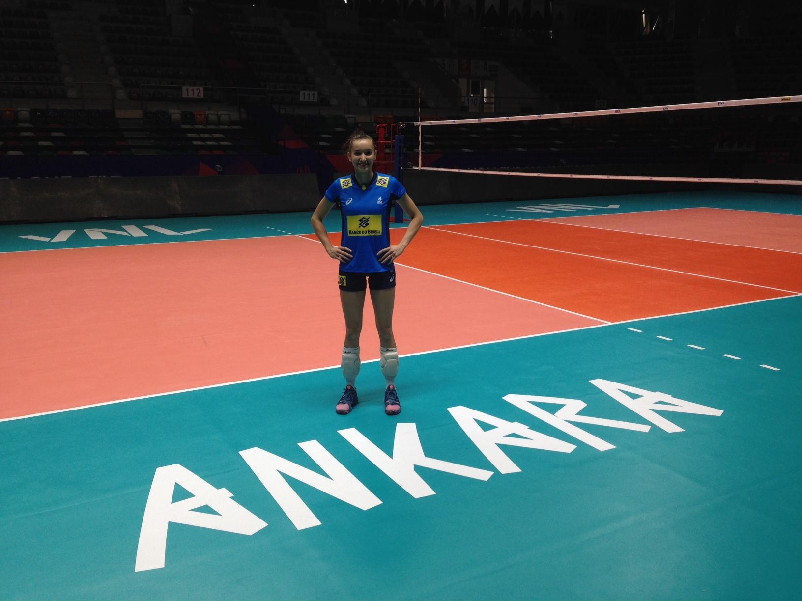 No aniversário de Gabi, Brasil faz o primeiro treino na Turquia